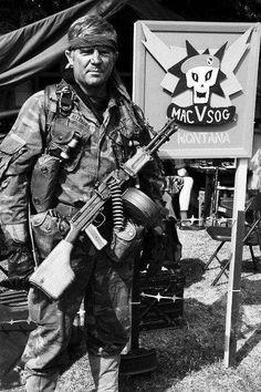 MACVSOG guy rockin' and rollin' with a chopped down RPD in Vietnam Photo Vietnam, Vietnam War Photos, Marine Recon, Military Special Forces, Vietnam History, South Vietnam, Green Beret, Special Ops, Korean War