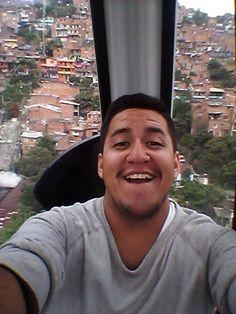 Arriba desde arriba se ve todo mejor. En pleno MetroCable viendo las comunas de Medellín (algo así como las favelas en Brasil) / #viajes #travel #viajesmuseo #traveller #travelling #vacation #placestovisit #trips