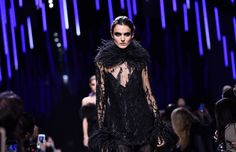 PARIS, FRANCE - MARCH 04:  A model walks the runway during the Elie Saab show as part of the Paris Fashion Week Womenswear Fall/Winter 2017/2018  on March 4, 2017 in Paris, France.  (Photo by Pascal Le Segretain/Getty Images) (Foto: Getty Images)