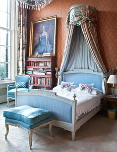 An imposing canopied bed furnishes one of the many guest bedrooms Antique Bedroom Furniture, Home Decor Furniture, Beautiful Bedrooms, Beautiful Homes, House Beautiful, Linen Bedroom, Peach Bedroom, Bed Crown, Interior And Exterior