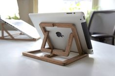This iPad stand by Ooms is an adjustable wooden stand which you can use at your desk, in the kitchen, on the couch, etc. It can pop-up into a versatile tablet stand that supports both portrait and landscape viewing modes on 4 different angles. Wood Projects, Woodworking Projects, Projects To Try, Woodworking Wood, Support Ipad, Wood Ipad Stand, Diy Ipad Stand, Wood Crafts, Diy And Crafts