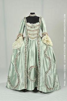 Robe à la française avec motifs en fil de soie