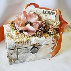 Romantic box, I already altered a few boxes. But not a beautiful as this one. But i love to make them and it is a cute gift a well.