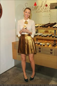 blake lively-Hmm is that a brooch pin on her collar? I think I may have to try that!