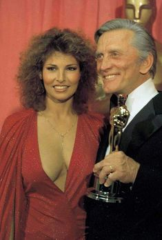 (PA) Vintage Oscars Moments: So. Kirk Douglas and Raquel Welch Hollywood Glamour, Hollywood Stars, Classic Hollywood, Old Hollywood, Kirk Douglas, Beautiful Celebrities, Beautiful Actresses, Rachel Welch, Glamour Pics