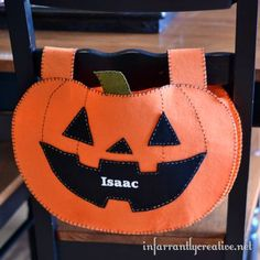 DIY Halloween Crafts | Pottery Barn Knock Off Pumpkin Chair Backer ~ Start a new tradition with your kids this October with an adorable pumpkin chair backer inspired by Pottery Barn Kids! Halloween Sewing, Halloween Projects, Diy Halloween Decorations, Halloween House, Holidays Halloween, Halloween Pumpkins, Halloween Ideas, Halloween 2014, Halloween Party