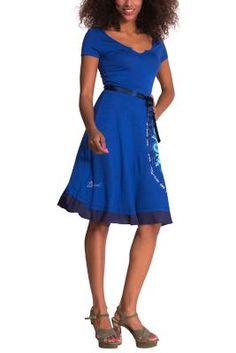 Este vestido midi azul tiene un diseño sencillo y casi liso, con un icono 100% Desigual en la falda. Lo puedes llevar con el lazo de raso para ajustarlo a tu silueta, o sin él, para un look más desenfadado. ¡A tu manera!