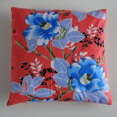 Kussenovertrek met blauwe bloemen in retro stijl