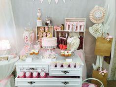 Decoración en rosa, blanco y beige para la mesa dulce o candy para bautizo diseño de Dulce Dorotea en Valencia