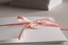 Ein Traum aus Rosa und edler Spitze: Die Hochzeitspapeterie von Alex &Richard. Bestehend aus Einladungskarten, Infokarten einem Pocketfold-Umschlag und Menükarten. Design made by farbgold . www.farbgold-design.de