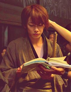 Memorizing his lines, eh? Sato Takeru in 'Rurouni Kenshin'(2012)