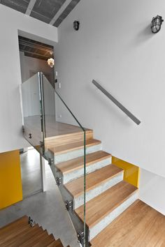 Concrete Staircase With Wooden Steps And Glass Railing Panels Of Beam Block House Design Ideas: Stylish Scandinavian Compact Interior Design of Raw Concrete House Concrete Staircase, Glass Stairs, Glass Railing, Block House, Houses In Poland, Indoor Railing, Escalier Design, Stair Railing Design, Wooden Steps