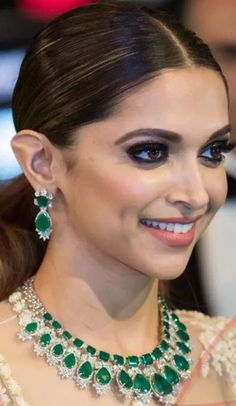 Latest Gold Necklace Designs For Your Desired Look Emerald Necklace, Emerald Jewelry, Necklace Set, Diamond Jewelry, Gold Jewelry, Jewelry Necklaces, India Jewelry, Jewellery, Deepika Padukone
