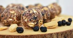 Try making these healthy energy bites with blueberries and cashews that are tasty and easy to make. Try making these healthy energy bites with blueberries and cashews that are tasty and easy to make. Quick Healthy Snacks, Healthy Treats, Yummy Snacks, Healthy Dinner Recipes, Breakfast Healthy, Healthy Food, Clean Eating Snacks, Healthy Eating, Eat Healthy