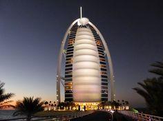 Outro é o Dubai Mall, maior shopping center do mundo. Abriga mais de 1200 lojas, 150 restaurantes dos mais variados estilos e gostos, amplas praças, corredores que parecem avenidas e um vai-e-vem de pessoas de todos os lugares do planeta.