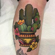 tatouage plante cactusn pot aux motifs aztèques avec plusieurs fleurs en couleurs