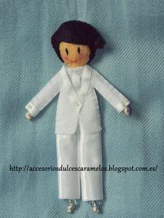Muñeco de fieltro para comuniones / felt doll communions http://accesoriosdulcescaramelos.blogspot.com.es/2013/05/muneco-para-comunion-con-traje-blanco.html