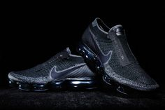 Yesterday, we got a first look at the Nike VaporMax for COMME des GARÇONS, which made its debut the CDG Spring 2017 runway show during Paris Fashion Week. Nike Waffle Racer, Nike Men, All Black Sneakers, Sneakers Nike, Nike Outfits, Rei Kawakubo, Basket Noir, Sneaker Games, Sneaker Magazine