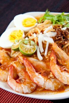 Mee Udang (Malay Prawn Noodle) recipe - A plate of yellow noodles topped with huge fresh prawns in sourish tomato gravy. It is indeed appealing. #malaysian #shrimp