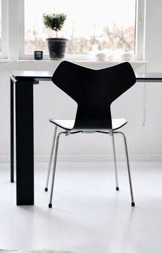 Modern Home Office // Designers: Arne Jacobsen Nordic Interior Design, Modern Interior, Midcentury Modern, Arne Jacobsen, Danish Furniture, Furniture Design, Scandinavia Design, Home Office Space, Mid Century Modern Design
