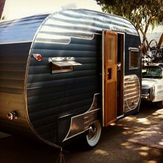 15 Beautiful Vintage Camper Exterior Ideas For Your RV Old Campers, Vintage Campers Trailers, Retro Campers, Tiny Trailers, Vintage Caravans, Camper Trailers, Happy Campers, Small Travel Trailers, Classic Trailers