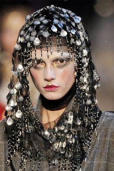 John Galliano Fall 2009 Ready-to-Wear Fashion Show Details Vintage Fashion 1950s, Vintage Dior, Victorian Fashion, Vintage Hats, Dior Couture, Couture Fashion, Fashion Show, Fashion Fashion, Crazy Fashion