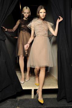 valentino ถ้าชุดหมั้น ดัดแปรงจากชุดงานเลี้ยง ทำเสื้อคลุมซรีทรูแบบนี้คลุมทับ ก็น่ารักดี