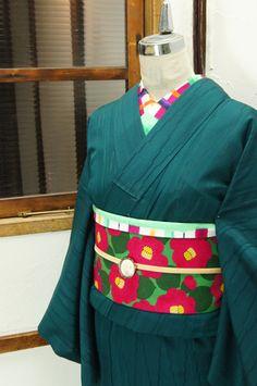 常緑樹の葉陰を映す湖を思わせる青みをおびた深緑に、涼やかな紗の透かしで浮かび上がる立涌縞が詩情をさそう夏着物です。 #kimono