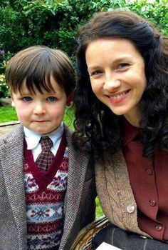 BTS picture of Caitriona Balfe and Rory Burns (Wee Roger) on the set of Outlander Diana Gabaldon Outlander Series, Outlander Season 2, Outlander Book Series, Outlander Casting, Outlander Tv, Outlander Costumes, Outlander Funny, Claire Fraser, Jamie And Claire