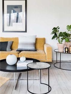En gul sofa definerer stuens stil - tilføjet detaljer i sort og grå // Yellow sofa as the room's focal point - with accents in Black and grey