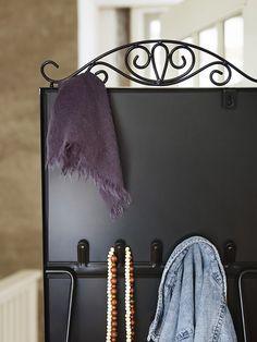 Ο επιπέδιος καθρέφτης KARSMUND διαθέτει γάντζους για να κρεμάσετε τα ρούχα  και τα αξεσουάρ σας. fadb1f6a4a2