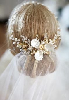 Handmade bridal headpiece. So gentle ~~ 14 Unique Bridal Headpieces For Your Wedding Day | CircleTrest