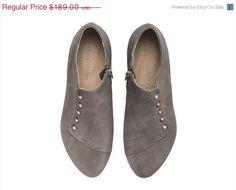 He encontrado este interesante anuncio de Etsy en https://www.etsy.com/es/listing/206616862/valentines-sale-gray-shoes-grace-grey