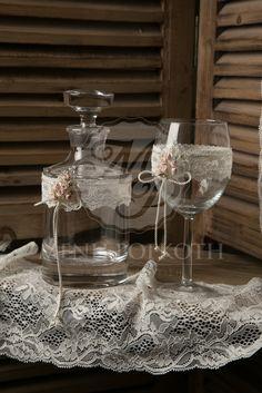 d2457d03f7c6 Σετ γάμου καράφα και ποτήρι κρασιού με ανάγλυφη δαντέλα