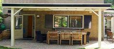 -1- Landelijke klassieke houten veranda terrasoverkapping bouwen aan huis met plat dak en lichtkoepel van lariks douglas of eikenhout. bouwpakket zelfbouw.