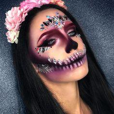 So beautiful These makeup looks are true inspiration! Whether you& creating dramatic makeup looks or somet… Dead Makeup, Clown Makeup, Fx Makeup, Costume Makeup, Makeup Eyes, Helloween Make Up, Amazing Halloween Makeup, Halloween Skull Makeup, Special Makeup