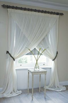 Se le decorazioni ardite non vi stuzzicano, potete anche giocare con la disposizione delle vostre tende bianche.