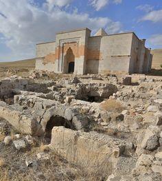 Alay han/Aksaray/// Anadolu'da yapılan ilk kervansaray olma özelliğini taşır. 2. Kılıçarslan tarafından yaptırılmıştır.