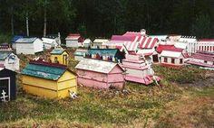 Ekutna cementerio, Anchorage, Alaska. El tamaño de la casa representa el estatus social de la persona enterrada allí.