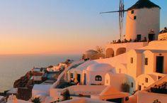 Ilhas gregas ... O sol busca seu lugar no mar Egeu, no ladinho de Oia, em Santorini, na Grécia