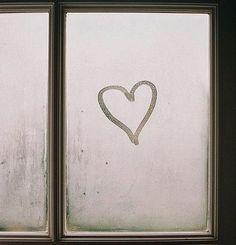 Restituirsi il respiro; e poi farselo mancare, in una apnea dolce che si fa vapore, poi si fa amore e poi si fa cielo. E che sempre ritorna. Primavera negli occhi e promesse incise su gocce d'acqua con dita curiose di esplorare profili sconosciuti ma conosciuti da sempre. Labbra come boccioli di rose. Accarezzami, dimmi che non è niente, che è solo il cuore. ♡