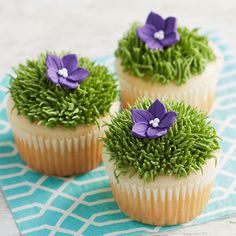 How to Pipe Grass & Fur - Cake Decorating Cupcake Ideen Creative Cake Decorating, Cake Decorating Designs, Cake Decorating Techniques, Creative Cakes, Cake Designs, Decorating Ideas, Buttercream Cake Decorating, Wilton Cake Decorating, Cookie Decorating