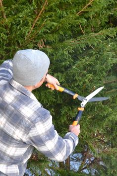 Easily cut back overgrown brush and plants with Fiskars' PowerGear2 Hedge Shears. With three times more power, these garden shears can turn unruly shrubs into a well-manicured hedgerow.