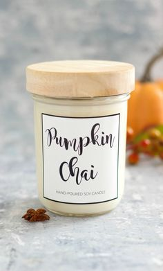 Kerze selber machen l Duftkerze l Sojawachs Kürbis l Toll als Geschenk l DIY Pumpkin Chai Soy Candle is easy to make and scented with warming fall fragrant oils. This candle smells like a pumpkin chai latte. Pumpkin Spice Candle, Pumpkin Candles, Fall Candles, Diy Pumpkin, Soy Wax Candles, Diy Candle Lid, Scented Candles, Diy Candle Labels, Holiday Candles