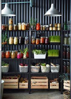 IKEA : nos coups de cœur du catalogue 2016 - Marie Claire Maison / Cuisine avec de nombreux bocaux pour ranger ses aliments / Green Kitchen