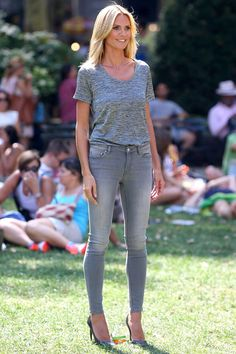 AllSaints Mast Skinny Jeans in Washed Grey Saint Laurent Paris Pumps Heidi Klum Filming a Psa For Breast Cancer Awareness August 27 2014 Grey Skinny Jeans, Grey Jeans, Rosie Huntington Whiteley, Nicole Richie, Miranda Kerr, Paige Denim, Bon Look, Christian Louboutin, Outfits