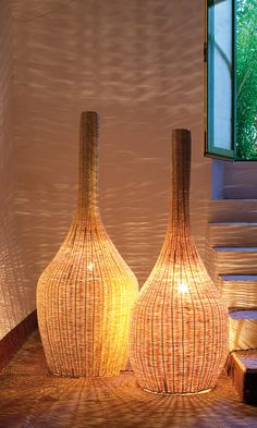 The DUE SORELLE floor lamp in natural color enlightens the bedrooms of the Can Casadellà Bed&Breakfast in Barcelona. Coastal Lighting, Home Lighting, Lighting Design, Luminaire Design, Lamp Design, Bar Pub, Wicker Pendant Light, Porch Lamp, Rattan Lamp