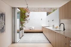Indoor-outdoor kitchen design in a remodeled house in Sydney by Benn + Penna Architecture Indoor Outdoor Kitchen, Outdoor Kitchen Design, Outdoor Cooking, Outdoor Spaces, Terraced House, Cottage Design, House Design, Garden Design, Parrilla Exterior
