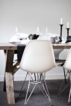 Rustiikkinen ruokapöytä yhdistettynä pelkistettyihin tuoleihin.