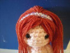 Moñacos, cosicas y meriendacenas: ¡Y yo con estos pelos! Tutorial: como ponerle pelo a tus amigurumis. Pelo largo y liso